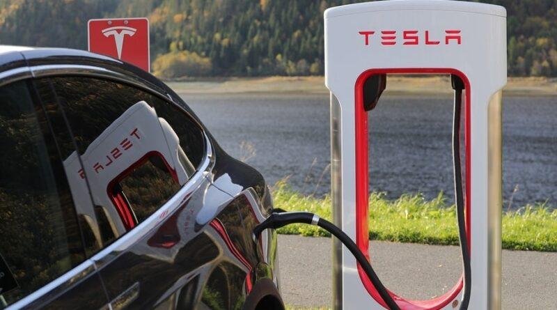 Nu kommer Teslas snabbladdare till stadskärnorna – enklare för de som inte kan ladda hemma