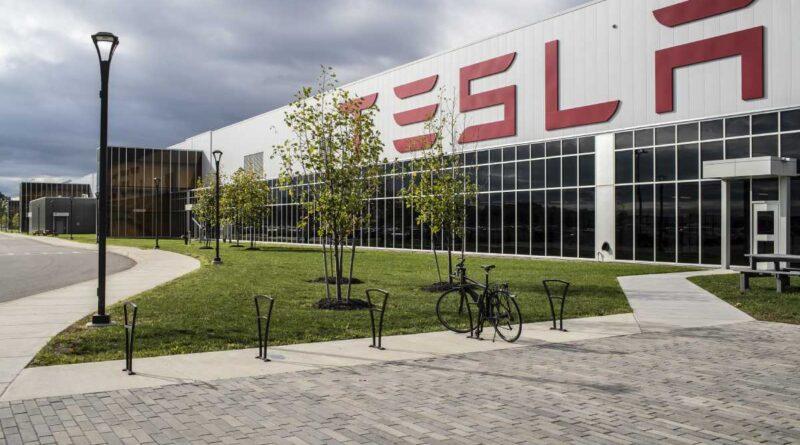 """Teslas Battery Day kommer vara """"något helt galet häftigt"""", säger Elon Musk"""