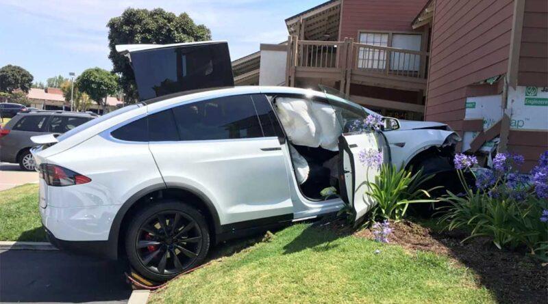 """Myndigheten: Inget fel på """"skenande"""" Tesla, förarnas egna pedaltrassel är orsaken"""